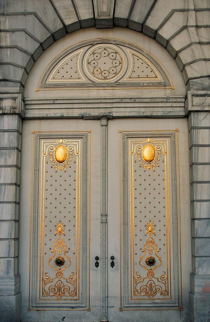 Dolmabahçe Sarayı Valide Kapısı